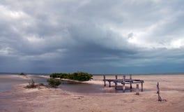 Laguna de deterioro abandonada de Chachmuchuk del muelle del barco en Isla Blanca Cancun Mexico Fotos de archivo libres de regalías