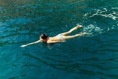 Laguna de la agua de mar de la nadada de la mujer Imagen de archivo libre de regalías
