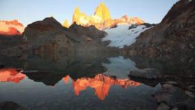 Laguna de Los Tres och montering Fitz Roy i bakgrunden, Patagonia, Argentina stock video