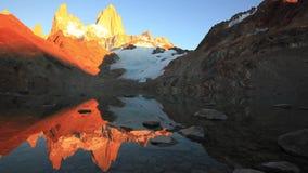 Laguna de Los Tres och montering Fitz Roy i bakgrunden, Patagonia, Argentina lager videofilmer