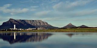 Laguna de Milnerton y montaña de la tabla Fotos de archivo libres de regalías