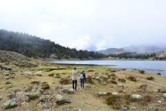 Laguna de Mucubaji湖的游人在梅里达,委内瑞拉 库存照片