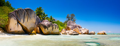 Laguna de Seychelles del paisaje con la arena limpia Imagenes de archivo