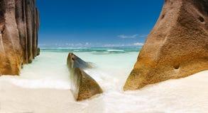 Laguna de Seychelles del paisaje con la arena limpia Foto de archivo libre de regalías
