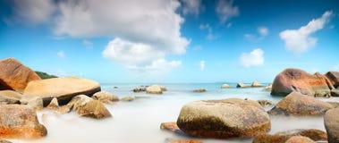 Laguna de Seychelles del panorama con la exposición larga de las rocas Imágenes de archivo libres de regalías