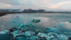 Laguna del glaciar de Jokulsarlon en la cantidad aérea de Islandia almacen de video