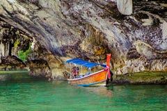 Laguna dell'isola con una barca Immagini Stock Libere da Diritti
