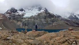 Laguna e valle in Cerro Castillo in peperoncino rosso australe della strada - Patagonia fotografia stock