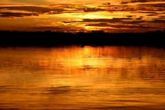 Laguna en la puesta del sol fotografía de archivo