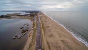 Laguna Garzon, Maldonado, Uruguay, in dem sich hin- und herbewegende Kabinen gesehen werden können stock video footage