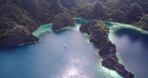 Laguna gemellata in Coron, Filippine Bello paesaggio con la natura, il mare di Sulu, la montagna e Coral Reef video d archivio