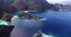 Laguna gemellata in Coron, Filippine Bello paesaggio con la natura, il mare di Sulu, la montagna e Coral Reef stock footage