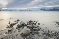 Laguna glacial de Jokulsarlon en la puesta del sol cerca de Hofn, Islandia Imágenes de archivo libres de regalías