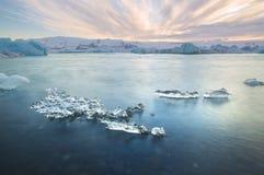 Laguna glacial de Jokulsarlon en la puesta del sol cerca de Hofn, Islandia Fotos de archivo