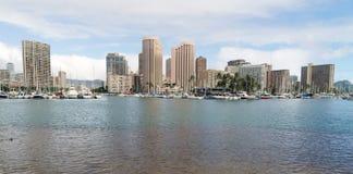 Laguna Honolulu de Kahanamoko con el resbalón lleno de barco de la vela y de motor fotos de archivo libres de regalías