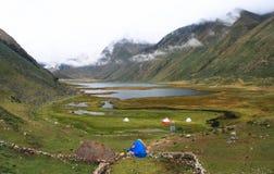 Laguna Jahuacocha, Cordillère Huayhuash, Pérou Images stock