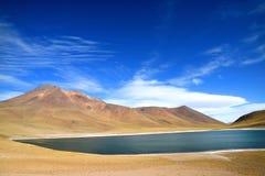 Laguna Miniques oder Miniques See mit Vulkan Cerros Miscanti im Hintergrund, Antofagasta-Region von Nord-Chile stockfotografie