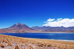 Laguna Miscanti en Volcan Miniques stock fotografie