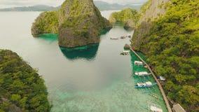 Laguna molto beautyful con le barche Isole di paradiso in Filippine Lago Kayangan archivi video