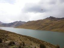 Laguna nelle Ande del Perù immagini stock libere da diritti