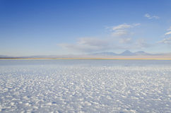 Laguna salina con la montaña San Pedro de Atacama Imagen de archivo
