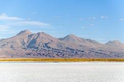 Laguna salina con la montaña San Pedro de Atacama Imagen de archivo libre de regalías