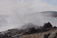 Laguna-Strandwelle, die auf Felsen zusammenstößt Stockfoto