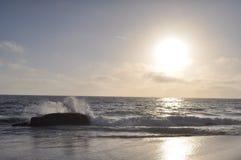 Laguna-Strandwelle, die auf Felsen zusammenstößt Lizenzfreies Stockbild
