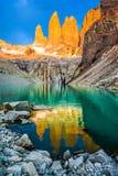 Laguna torres με τους πύργους στο ηλιοβασίλεμα, Torres del Paine National πάρκο, Παταγωνία, Χιλή στοκ εικόνες