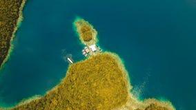 Laguna tropical de la visión aérea, mar, playa Grande isla de Bucas, ensenada de Sohoton filipinas almacen de metraje de vídeo