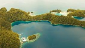 Laguna tropical de la visión aérea, mar, playa Grande isla de Bucas, ensenada de Sohoton filipinas almacen de video
