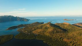Laguna tropical de la visión aérea, mar, playa Isla tropical Busuanga, Palawan, Filipinas almacen de metraje de vídeo