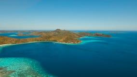 Laguna tropical de la visión aérea, mar, playa Isla tropical Coron, Palawan, Filipinas almacen de video