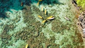 Laguna tropical del agua de mar con los turistas, Filipinas, EL Nido almacen de metraje de vídeo