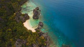 Laguna tropical hermosa, visión aérea Isla tropical almacen de metraje de vídeo