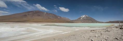 Laguna Verde är en högt koncentrerad salt sjö som lokaliseras på foten av den Licancabur vulkan Arkivbilder