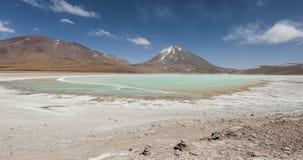 Laguna Verde är en högt koncentrerad salt sjö som lokaliseras på foten av den Licancabur vulkan Arkivfoto