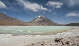 Laguna Verde är en högt koncentrerad salt sjö som lokaliseras på foten av den Licancabur vulkan Royaltyfria Bilder