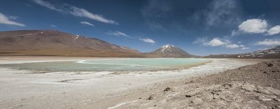 Laguna Verde är en högt koncentrerad salt sjö som lokaliseras på foten av den Licancabur vulkan Arkivbild