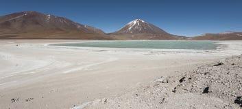 Laguna Verde è un lago di sale altamente concentrato situato nel parco di Eduardo Avaroa Andean Fauna National Immagine Stock