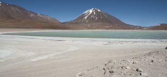 Laguna Verde είναι μια ιδιαίτερα συγκεντρωμένη αλατισμένη λίμνη που βρίσκεται στο εθνικό πάρκο πανίδας του Eduardo Avaroa των Άνδ Στοκ Φωτογραφίες