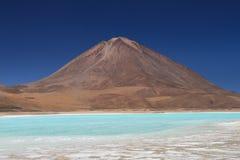 Laguna Verde framme av den Licancabur vulkan Arkivfoto