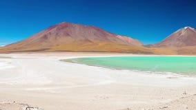 Laguna Verde panorama, Anderna mellan Bolivia och Chile Den utstående gröna lagun, en djupfryst salt sjö på vägen till famen stock video