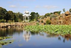 Laguna y pabellón japoneses Fotografía de archivo