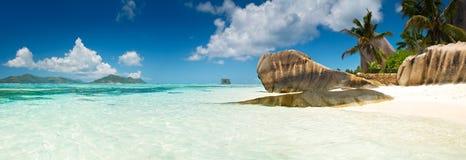 Laguna z czystym piaskiem z kamieniami z jasnym turkusowym morzem i Zdjęcie Royalty Free