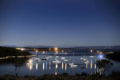 Lagune à la lumière de nuit Image stock