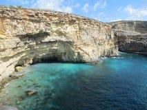 Lagune bleue avec les roches jaunes Images libres de droits