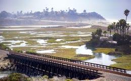 Lagune de Carlsbad ouverte avec des voies de train image libre de droits