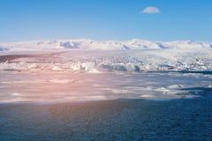 Lagune de Jakulsarlon de saison d'hiver de beauté avec le ciel bleu clair, Islande Images stock