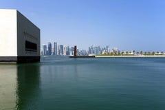 Lagune de musée avec l'horizon de Doha photographie stock
